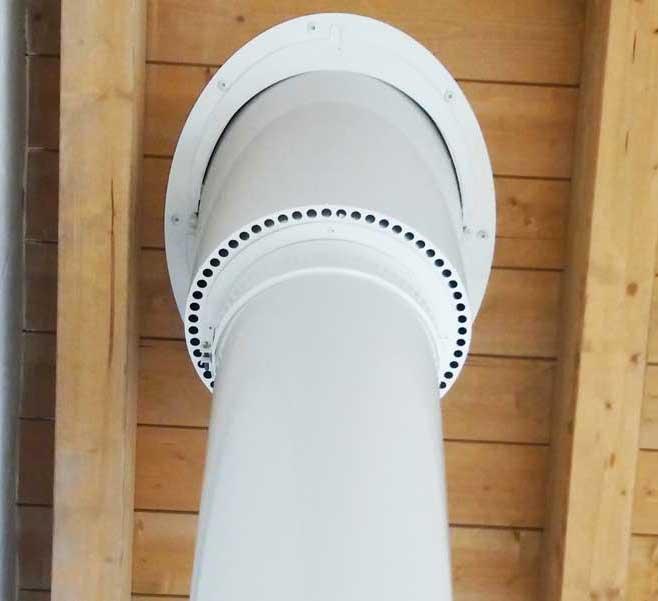 UNIX di Apros: il passaggio universale per tetti in legno installato in una villetta con tetto in legno ventilato