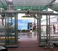 Porta scorrevole automatica installata su garden