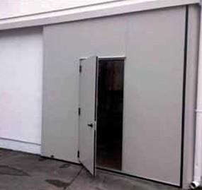 Portone scorrevole unica apertura con porta inserita
