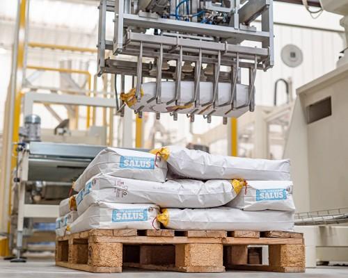 Il braccio robotico in azione: pallettizzazione di paper bag da 10 kg