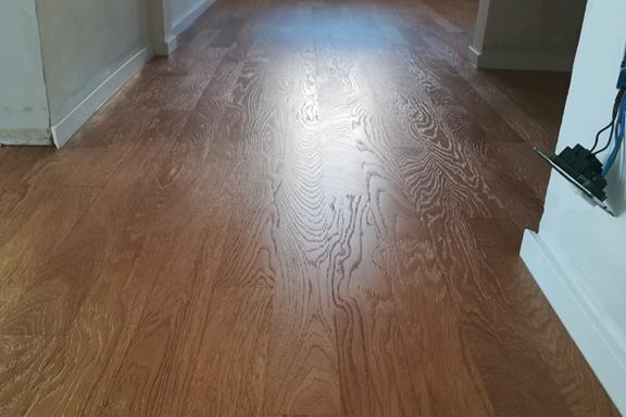 Levigatura e spazzolatura di un vecchio pavimento